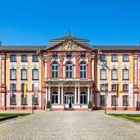 Schloss Bruchsal - Von Außen - Hauptbau - Von Osten / Hofseite - Blick vom Ehrenhof auf die Ostfassade (aufgenommen im April 2018, am frühen Nachmittag)