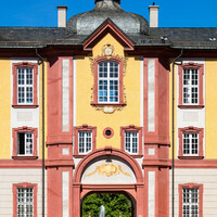 Schloss Bruchsal - Von Außen - Nördlicher Verbindungsbau - Von Osten / Hofseite - Blick vom Ehrenhof auf den Verbindungsbau (aufgenommen im April 2018, am späten Vormittag)