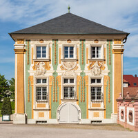 Schloss Bruchsal - Nördliche Orangerie - Von außen / Von Süden - Blick auf die Südfassade der nördlichen Orangerie mit der illusionistischen Fassadenmalerei (ursprünglich gemalt von Giovanni Francesco Marchini, zwischen 1732 und 1737) (aufgenommen im April 2018, am späten Nachmittag)