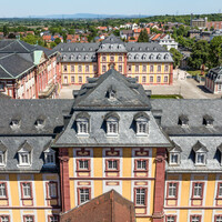 Schloss Bruchsal - Von Außen - Hauptbau - Von Oben / Von Süden - Blick vom Kirchturm auf die Hofkirche, den Hauptbau und den Kammerflügel (aufgenommen im Mai 2018, um die Mittagszeit)