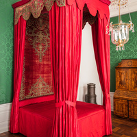 Schloss Bruchsal - Hauptbau - Beletage - Grünes Zimmer - Rotes Prunkbett (Bettgestell, Betthimmel und Behänge um 1700) (aufgenommen im Mai 2018, am Nachmittag)