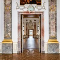 Schloss Bruchsal - Hauptbau - Beletage - Fürstensaal/Kuppelsaal - Blick vom Fürstensaal in den Kuppelsaal und den Marmorsaal (aufgenommen im Juni 2018, am Nachmittag)