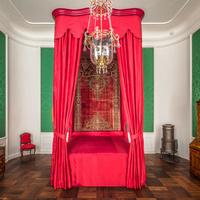 Schloss Bruchsal - Hauptbau / Corps de Logis - Beletage - Grünes Zimmer / Schlafzimmer - Rotes Prunkbett (Bettgestell, Betthimmel und Behänge um 1700) (aufgenommen im Juni 2018, am späten Nachmittag)