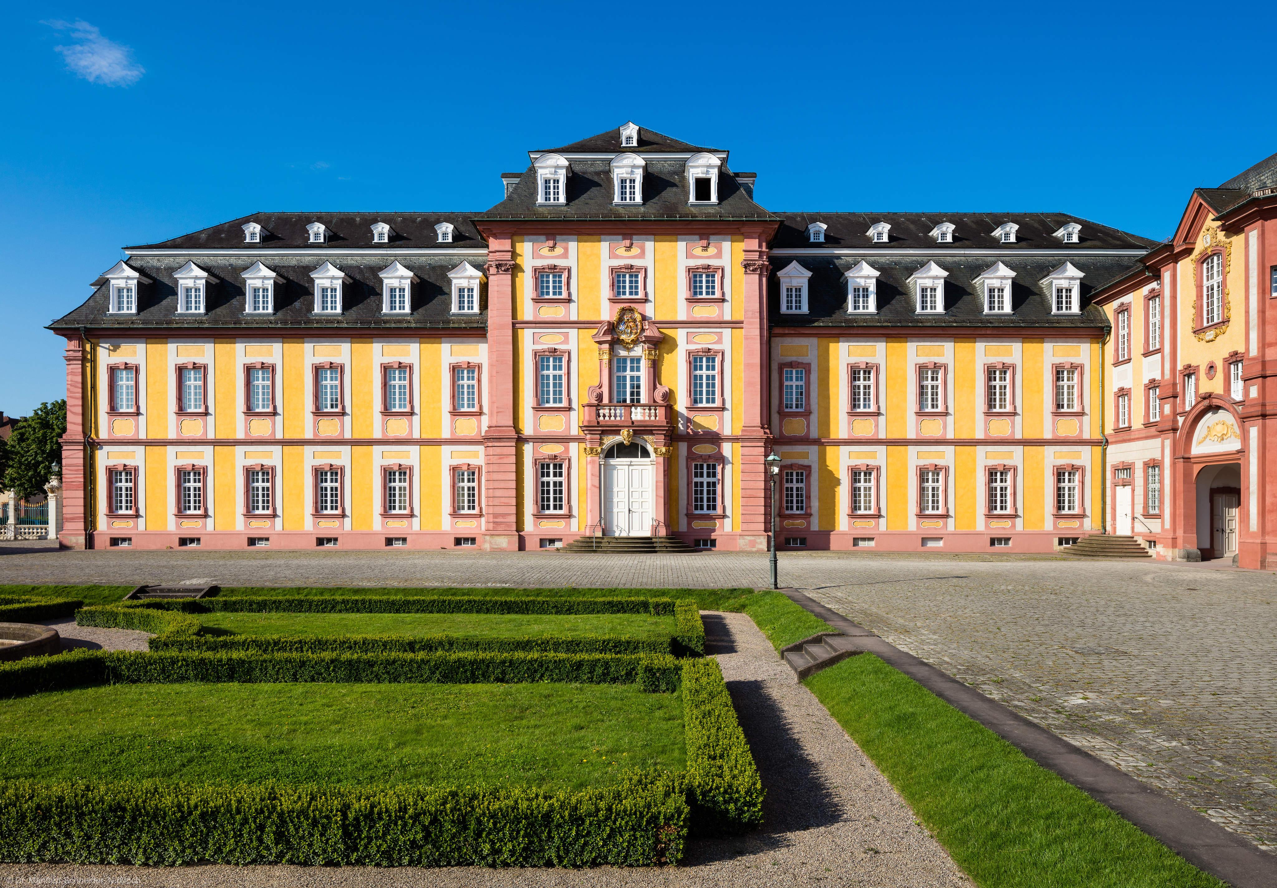 Schloss Bruchsal - Kirchenflügel - Von Norden / Hofseite - Blick von der Mitte des Ehrenhofs nach Süden auf die Nordfassade des Kirchenflügels (aufgenommen im Juni 2018, am Vormittag)