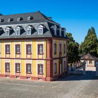 Schloss Bruchsal - Von Außen / Von Südost - Blick vom Balkon des Torwachtgebäudes auf den östlichen Teil des Kammerflügels (aufgenommen im Juli 2018, am späten Nachmittag)