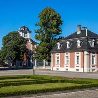 Schloss Bruchsal - Hofkontrollamt - Von Südwest / Hofseite - Blick von der Mitte des Ehrenhofs nach Nordost auf das Hofkontrollamt (rechts), den Kammerflügel (links) und das Damianstor (Mitte) (aufgenommen im Juli 2018, am frühen Abend)