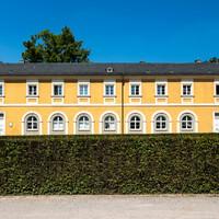 Schloss Bruchsal - Südliche Orangerie / Kavaliersbau - Von Außen / Von Osten - Zentraler Blick auf die Ostfassade (aufgenommen im Juli 2018, um die Mittagszeit)