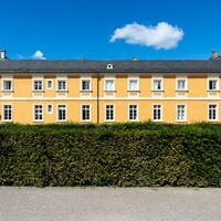 Schloss Bruchsal - Nördliche Orangerie - Von Außen / Von Osten - Zentraler Blick auf die Ostfassade (aufgenommen im August 2018, um die Mittagszeit)