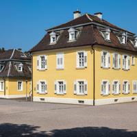 Schloss Bruchsal - Wohnungen von Hofangestellten im Westen - Blick von Südosten auf die ehemalige Hofgärtnerwohnung (rechts) sowie die ehemalige Hofjägerwohnung (links) (aufgenommen im September 2018, am frühen Nachmittag)