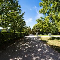 Schloss Bruchsal - Garten - Südlichste Ost-West-Achse - Blick von der Westseite der südlichen Orangerie / des Kavaliersbaus nach Westen (aufgenommen im September 2018, am Nachmittag)