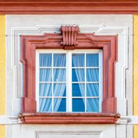 Schloss Bruchsal - Hauptbau - Von Außen / Von Norden - Fenster des obersten Geschosses mit illusionistischer Fassadenmalerei (ursprünglich gemalt von Giovanni Francesco Marchini, zwischen 1732 und 1737) (aufgenommen im September 2018, am späten Vormittag)
