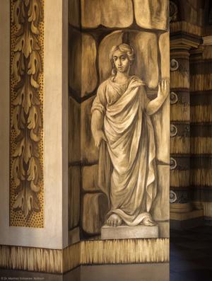 Schloss Bruchsal - Hauptbau - Erdgeschoss - Grotte, Südwestseite - Von Westen - Blick vom Gartensaal durch das südöstliche Fenster auf eine weibliche Figur (Malereien ursprünglich von Giovanni Francesco Marchini, 1731 bis 1736, rekonstruiert von Manfred Leitenmeier, 1971 bis 1980) (aufgenommen im Oktober 2018, am Nachmittag)