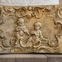 Schloss Bruchsal - Kirchenflügel / Hofkirche / St. Damian und Hugo - Von Innen - Keller / Lapidarium - Balustrade des Gartenbalkons des Corps de Logis, datiert Mitte 18. Jahrhundert (aufgenommen im Oktober 2018, am frühen Nachmittag)