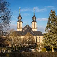 Bruchsal - Peterskirche / St. Peter - Von Außen / Von Südwest - Blick vom Hauptfriedhof auf die Südfassade, die Kuppel und die Doppeltürme (aufgenommen im Januar 2019, am Nachmittag)