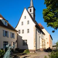 Waghäusel - Marienwallfahrtskirche - Von Außen / Von Osten - Blick auf die Marienwallfahrtskirche, links das Kloster der Brüder vom gemeinsamen Leben, davor eine Skulptur der Hl. Klara, der Patronin des Klosters (aufgenommen im April 2019, am Vormittag)