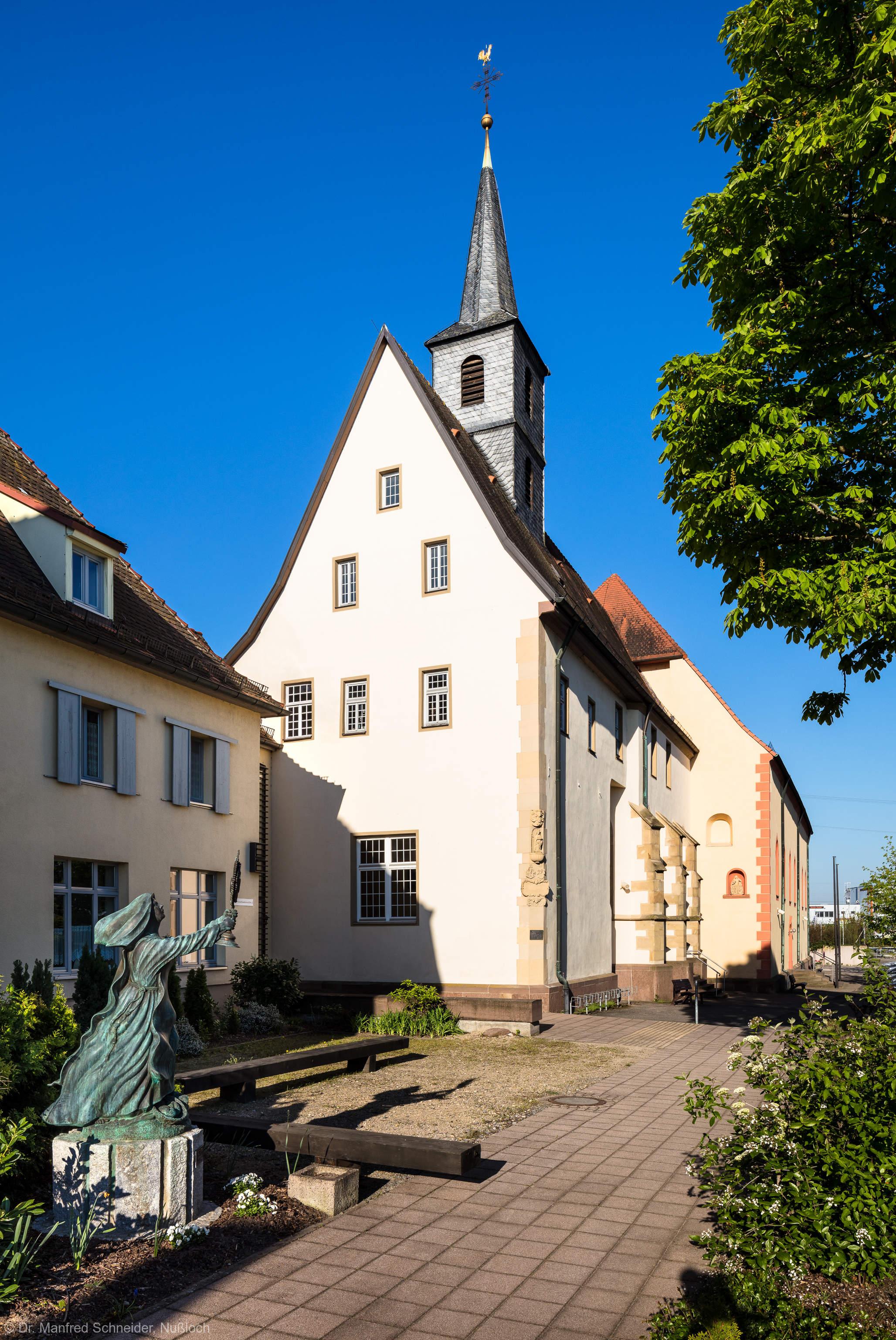 Waghäusel - Wallfahrtskirche - Von Außen / Von Osten - Blick auf die Marienwallfahrtskirche, links das Kloster der Brüder vom gemeinsamen Leben, davor eine Skulptur der Hl. Klara, der Patronin des Klosters (aufgenommen im April 2019, am Vormittag)
