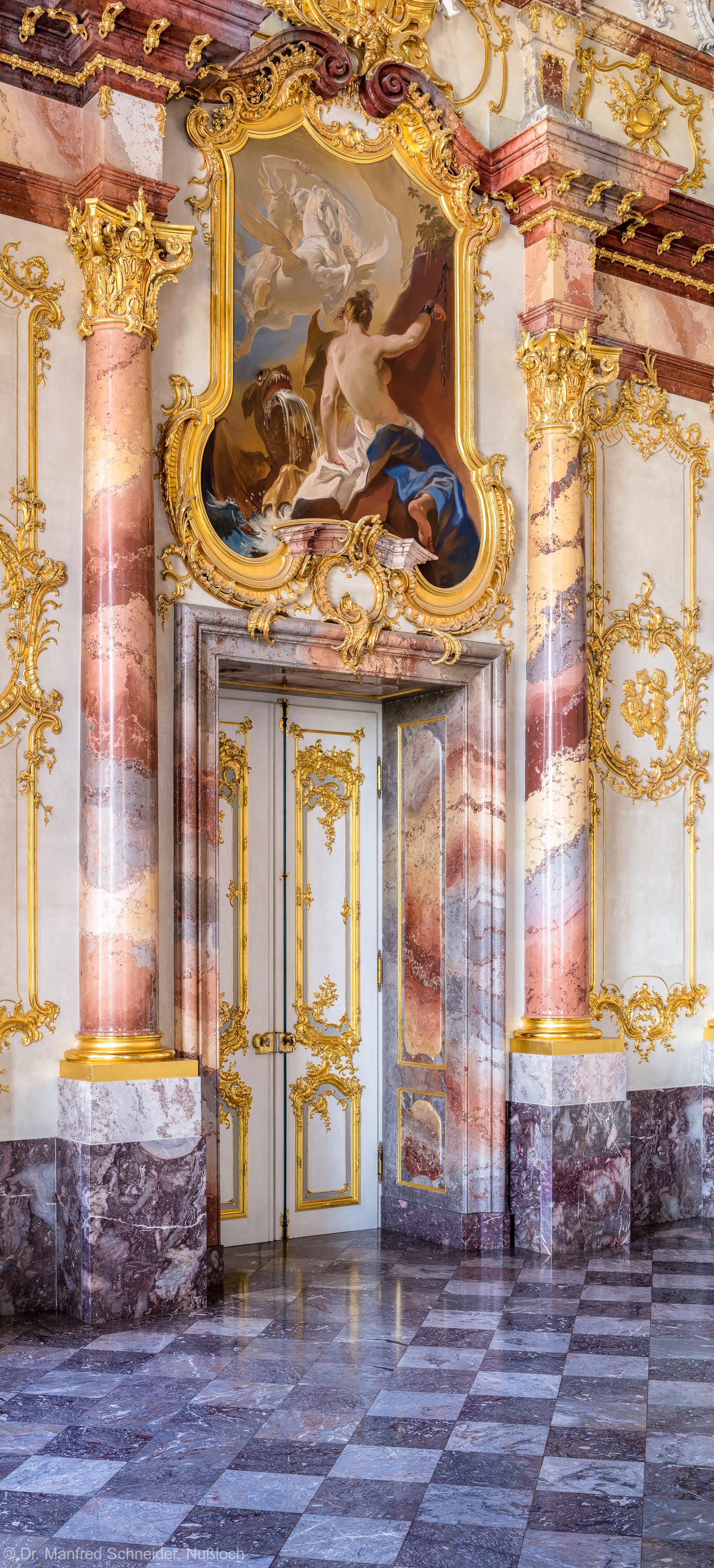 """Schloss Bruchsal - Hauptbau / Corps de Logis - Beletage - Marmorsaal / Kaisersaal - Nördliche Tür - Von Südwest - Blick auf die nördliche Tür und das Gemälde """"Perseus und Andromeda"""" (ursprünglich gemalt von Johannes Zick, rekonstruiert von Wolfram Köberl, 1981) (aufgenommen im Mai 2019, am späten Vormittag)"""