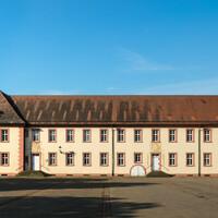 Schloss Bruchsal - Landhospital / Seminarbau / Pagerie - Von Außen / Von Norden - Blick auf den Seminarbau / die Pagerie, rechts der Kirchturm der Hofkirche (aufgenommen im August 2019, am Vormittag)