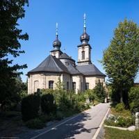 Bruchsal - Peterskirche / St. Peter - Von Außen / Von Südost - Blick vom Hauptfriedhof auf die Südostfassade, die Kuppel und die Doppeltürme (aufgenommen im August 2019, am Nachmittag)