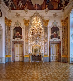 Schloss Bruchsal - Hauptbau / Corps de Logis - Beletage - Fürstensaal - Nordwand - Von Süden - Blick nach Norden in der beginnenden Dämmerung (aufgenommen im Dezember 2019, am Nachmittag)