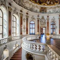 Schloss Bruchsal - Hauptbau / Corps de Logis - Treppenhaus / Kuppelsaal - Blick vom südwestlichen Fenster des Fürstensaals in das Treppenhaus hinunter und in den Kuppelsaal hinein (Treppenhaus und Treppe entworfen von Balthasar Neumann um 1731) (aufgenommen im März 2020, am späten Vormittag)