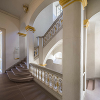 Schloss Bruchsal - Hauptbau / Corps de Logis - Von innen - Nordöstliche Dienertreppe - Zweites Obergeschoss (Beletage) - Von Nordosten - Blick auf die Dienertreppe in das dritte Obergeschoss, links die Tür zum Fürstensaal (aufgenommen im September 2020, am frühen Nachmittag)