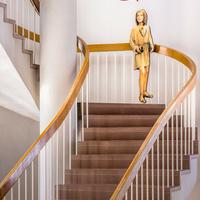 """Städtisches Museum Bruchsal - Schloss Bruchsal - Hauptbau / Corps de Logis - Aufgang - Blick auf die südliche Treppe ins dritte Obergeschoss mit der Figur """"Michi"""" (aufgenommen im September 2020, am frühen Nachmittag)"""