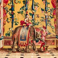 """Schloss Bruchsal - Hauptbau / Corps de Logis - Von innen - Beletage - Jagdzimmer - Südliche Wand, rechte Seite - Ausschnitt aus der Tapisserie """"Elefantentreiber"""" aus der """"Groteskenserie"""" (Inv.Nr. G 106; Höhe x Breite 337 cm x 358 cm; hergestellt in der Werkstatt von Philippe Behagle (Vater oder Sohn) in Beauvais zwischen 1685 und 1719; Entwürfe von Jean-Baptiste Monnoyer, Guy-Louis de Vernansal, Jean-Baptiste B(e)lin de Fontenay; restauriert 1960 und nach 2007) (aufgenommen im März 2021, um die Mittagszeit)"""